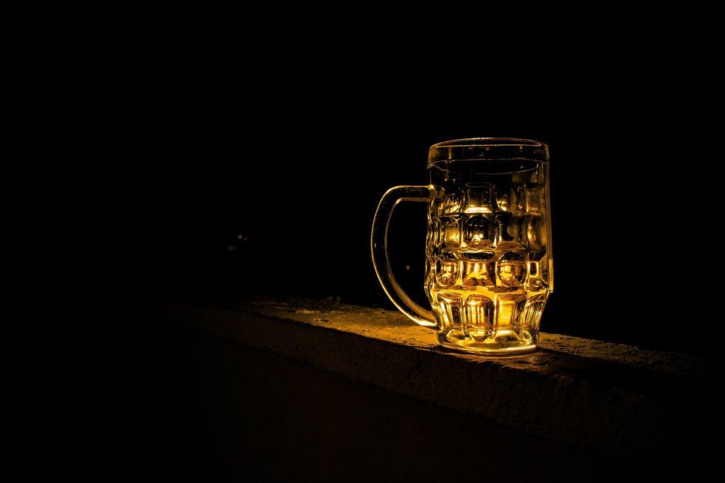 sklenice piva ve tme